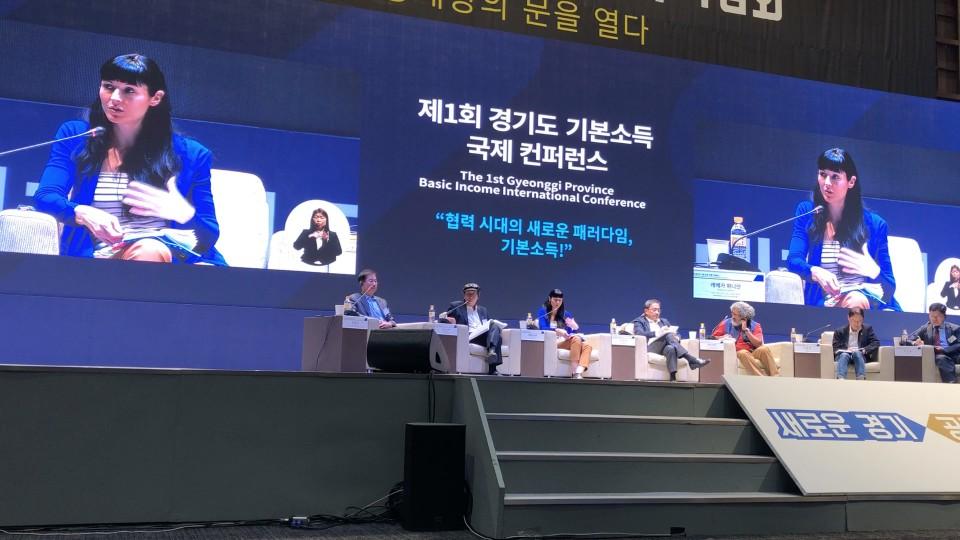 Rebecca Panian spricht an der Basic Income Konferenz in Südkorea